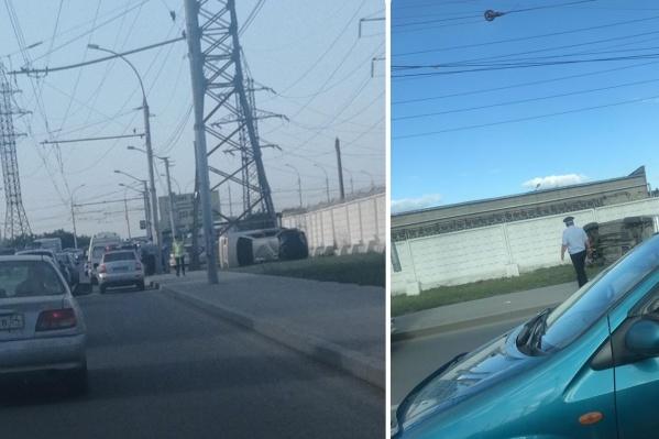 Водителю перевернувшегося автомобиля на месте оказали первую помощь