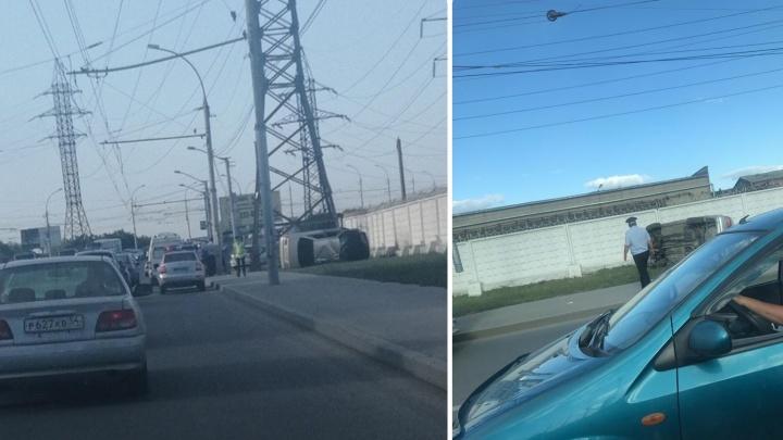 На проезде Энергетиков перевернулась машина: в сторону правого берега собралась пробка
