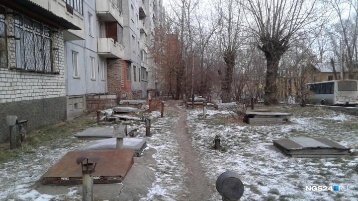 Жители дома на Кутузова боятся несчастных случаев из-за подземелий рядом с детской площадкой
