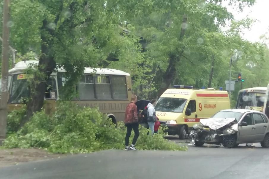 В ДТП на Урицкого пострадал кондуктор автобуса