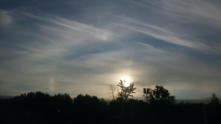 «В воздухе частицы снега»: в Новосибирске сняли морозное оптическое явление