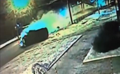 Искры, оторванное колесо: в Ярославле «Ауди» скользил на крыше и врезался в столб