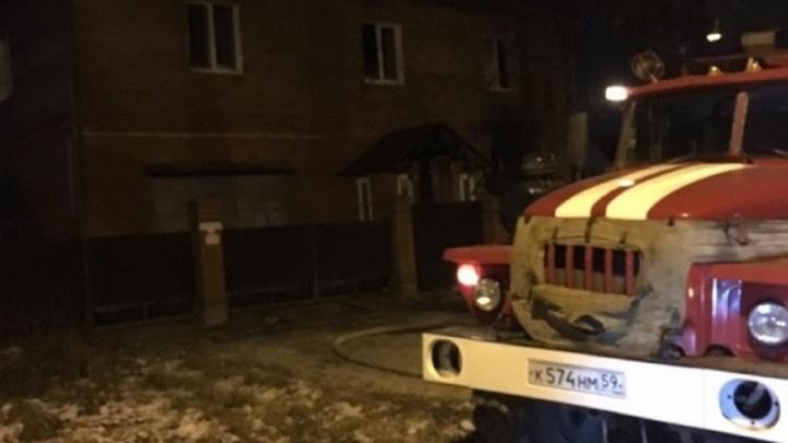 «Потушили за 15 минут»: в Перми на пожаре в жилом доме погибли два человека