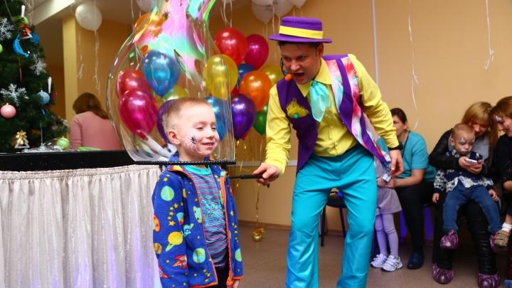 Малыши в мыльных пузырях и аквагриме: в Екатеринбурге провели новогоднюю ёлку для недоношенных детей