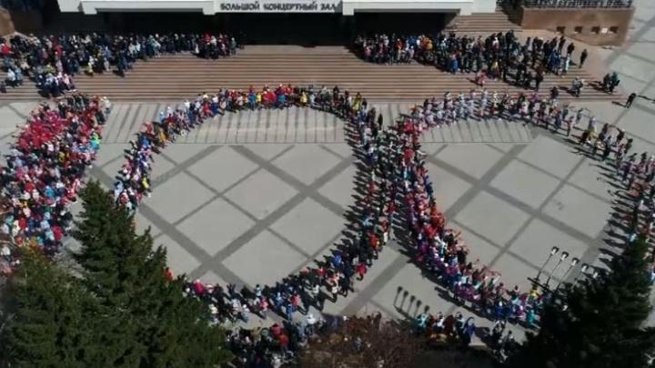 Видео: 800 человек станцевали на площади перед БКЗ в честь 100-летия Михаила Годенко
