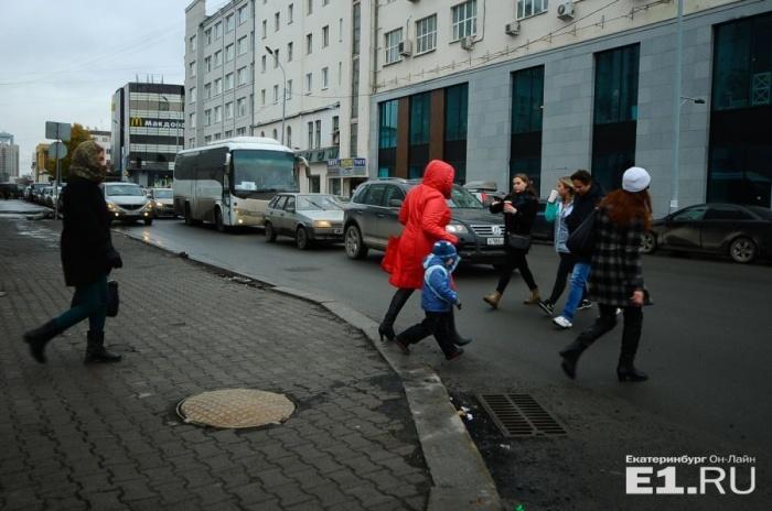 В этом месте пешеходы хаотично перебегают дорогу