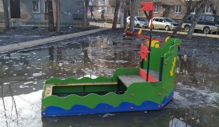 «Излишне реалистичная»: затопленная игровая площадка с кораблем стала предметом насмешек