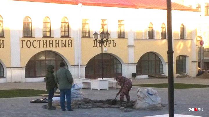 «Это лютый абсурд»: на площади в центре Рыбинска к Новому году раздолбили новую плитку