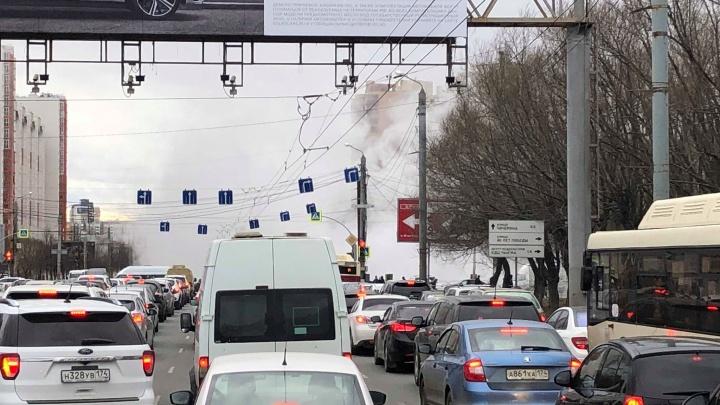 Большая запара: на Северо-Западе Челябинска образовался дорожный затор из-за прорыва теплосетей
