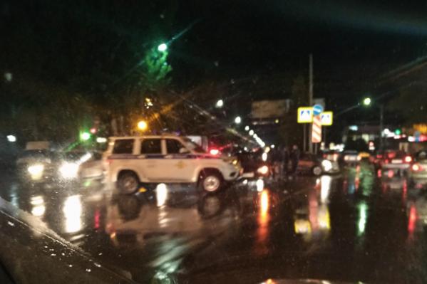 На месте аварии работает полиция, выясняют личность погибшей
