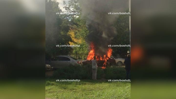 В Уфе на парковке загорелся автомобиль