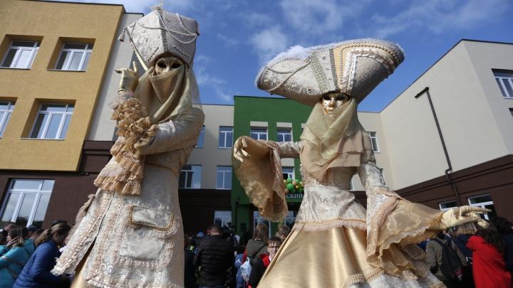 Шоу с барабанами и ростовые куклы: смотрим, как в Челябинске открыли новую школу