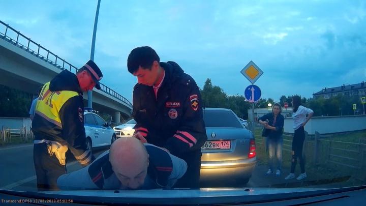 Пьяному тюменцу, который скрывался от наряда ДПС, устроили засаду из эвакуатора и патрульной машины