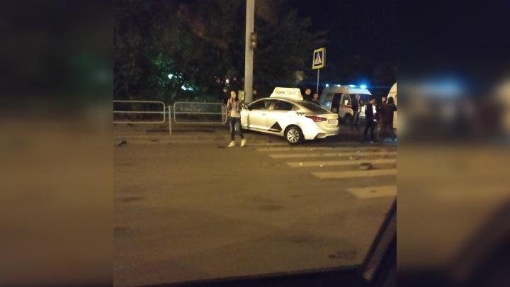 В Челябинске два такси не поделили перекресток: пострадал пассажир