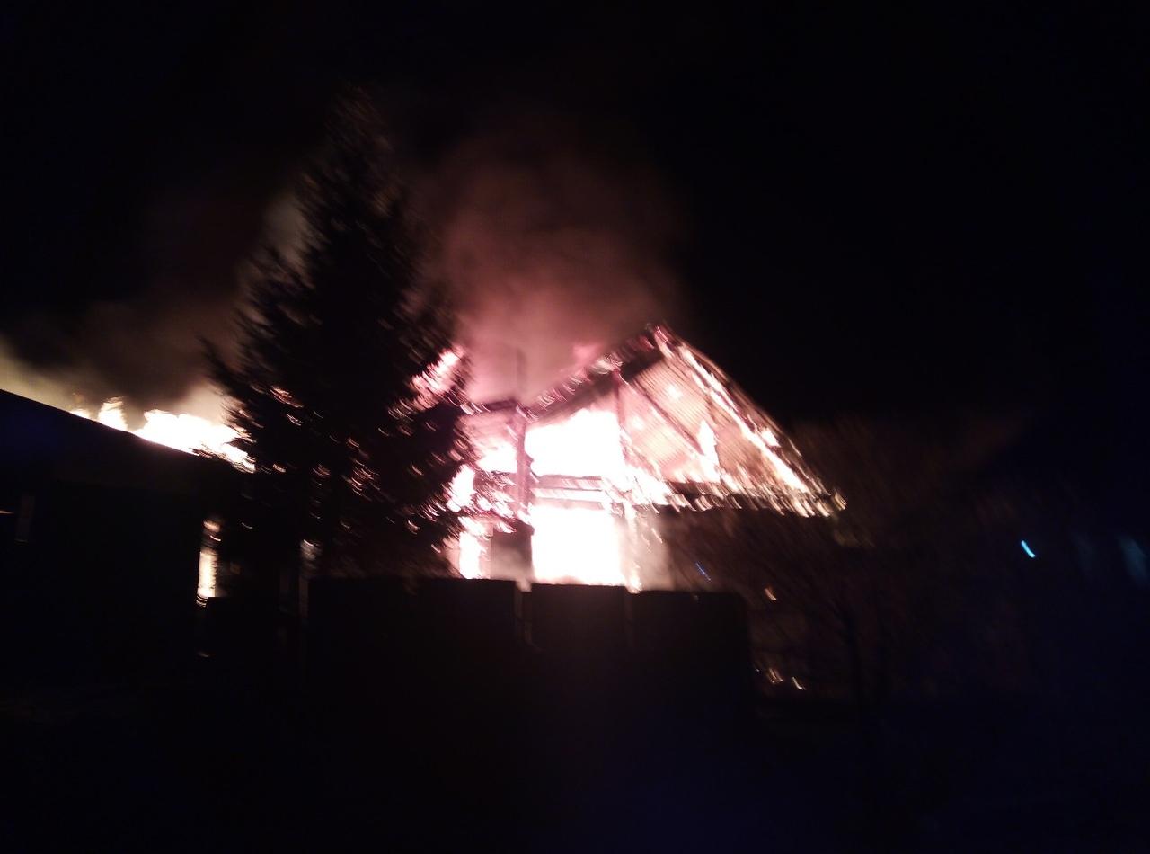 Огонь перекинулся на соседние дома