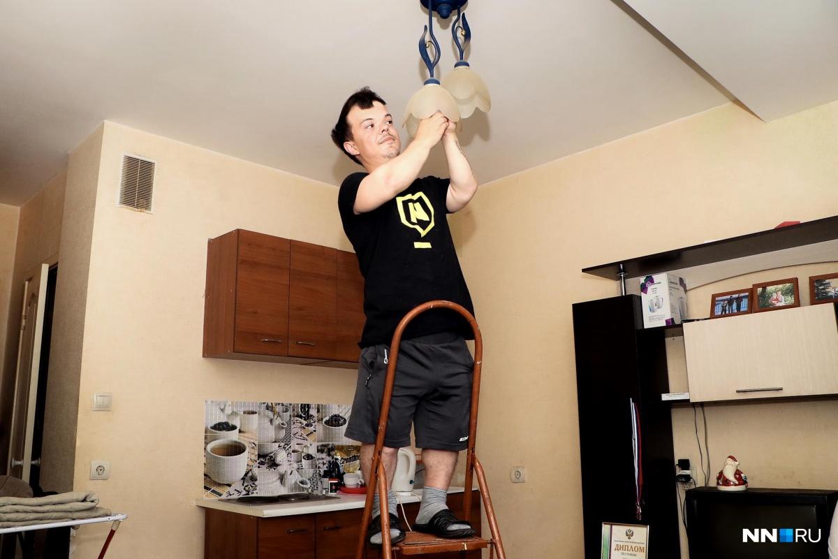 Лампочку Максим меняет при помощи стремянки