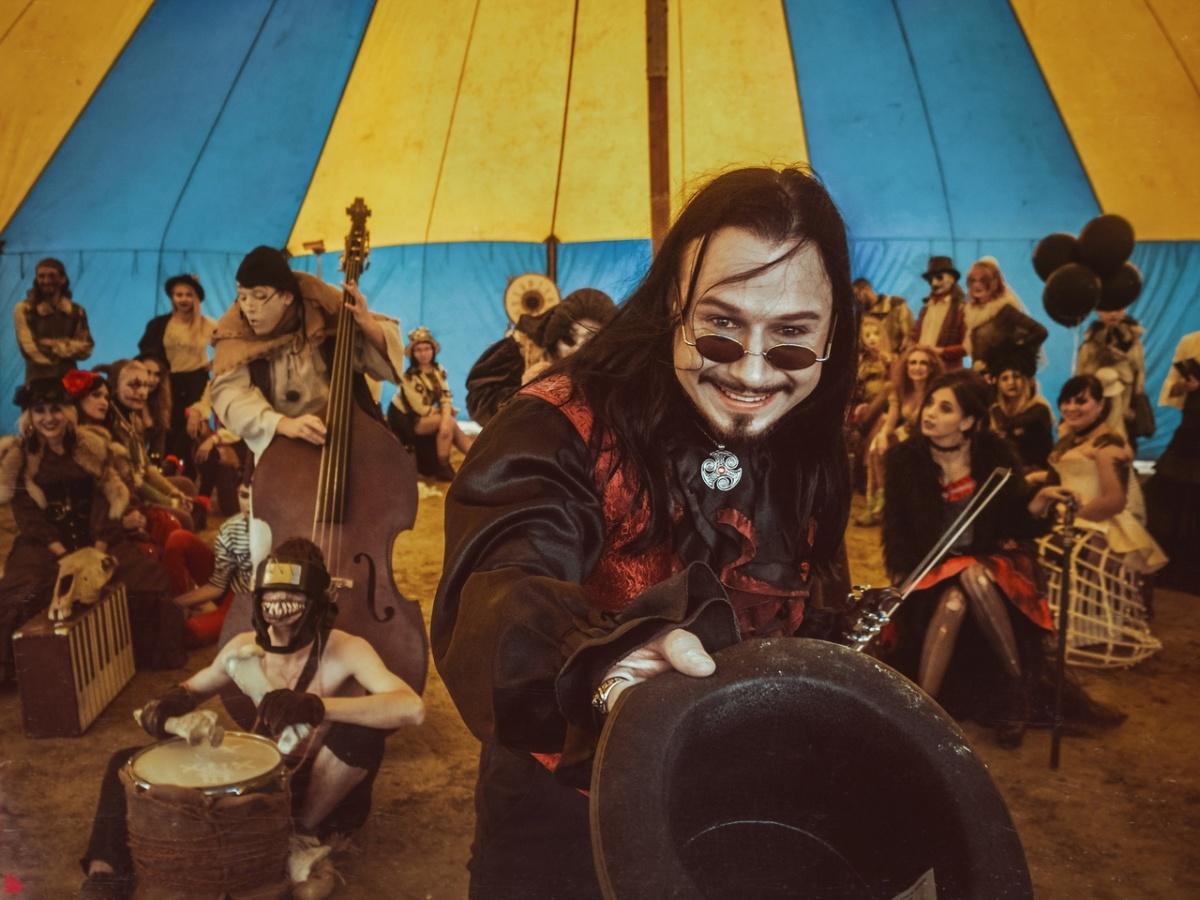 Цирк уже не тот: в песках Берёзовского устроили фотосессию в стиле «Американской истории ужасов»