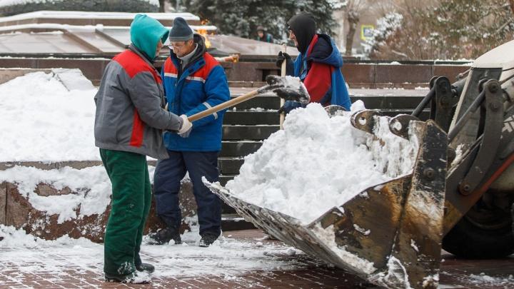 Сгребают и вывозят: дорожники Волгограда продолжают борьбу со снегом