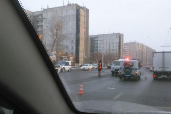 В соцсетях автолюбители жалеют водителя, так как он ехал по участку, где нет «зебры» для пешеходов