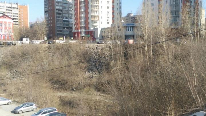 За торговым центром «Европа» выросло кладбище поребриков