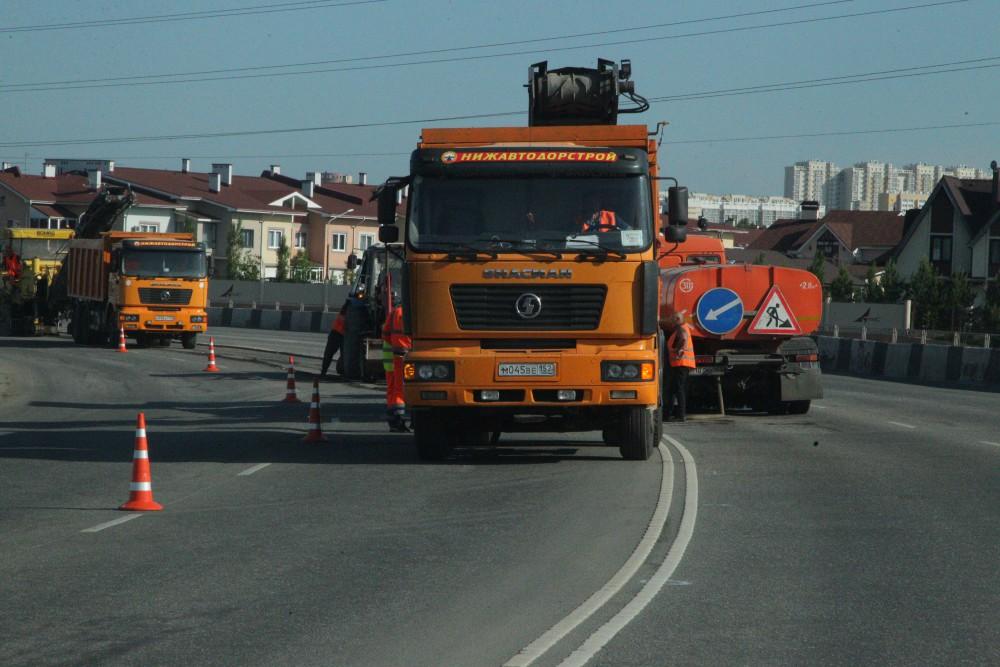 Пластиковые люки на дорогах раскритиковали представители компании-подрядчика, работники которой укладывают асфальт на челябинских улицах
