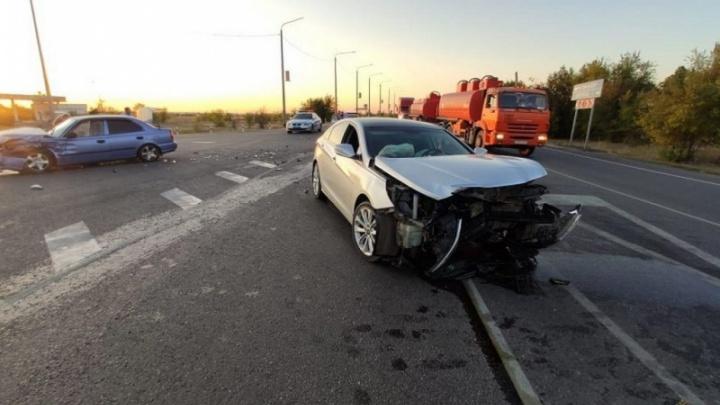 Не пропустил при повороте: в Волгоградской области 17-летний водитель устроил аварию на трассе