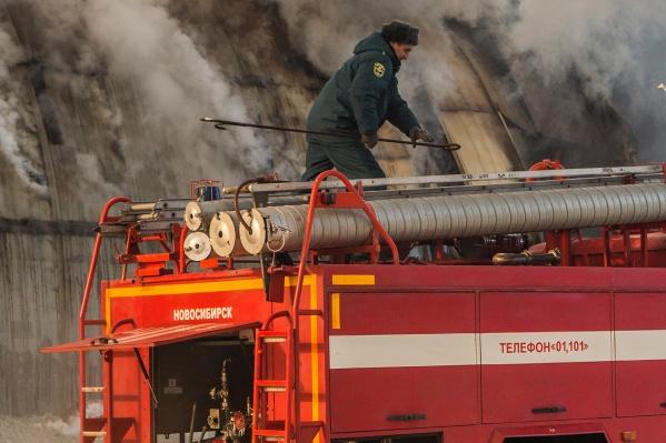 По данным МЧС, в момент пожара в здании никого не было