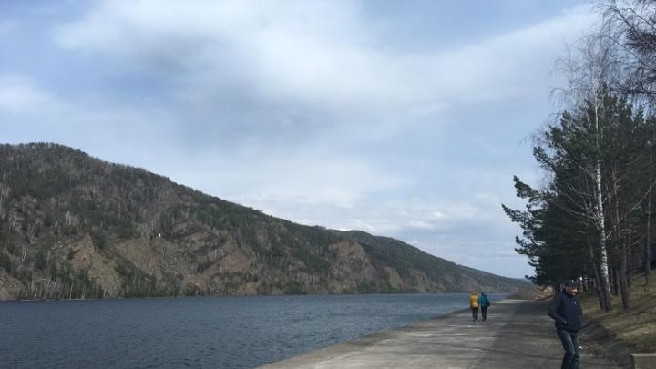 Бдительные граждане вызвали спасателей, увидев дрейфующий по Енисею плавучий домик