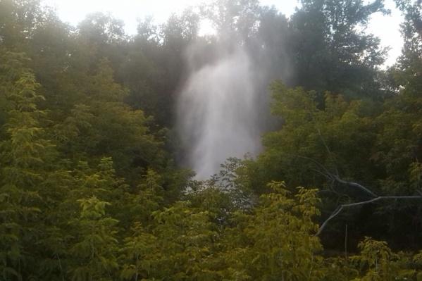 Вечером 26 июля под Коммунальным мостом начал бить фонтан — на залитой водой дороге образовалась пробка<br>