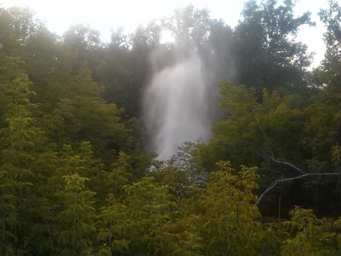 Вечером 26 июля под Коммунальным мостом начал бить фонтан — на залитой водой дороге образовалась пробка