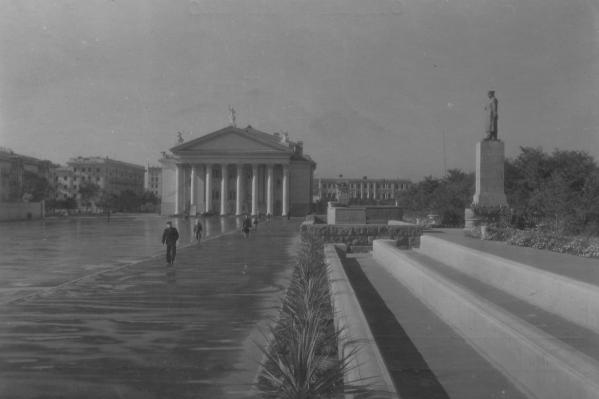 Театр на площади павших Борцовбыл свидетелем многих исторический событий