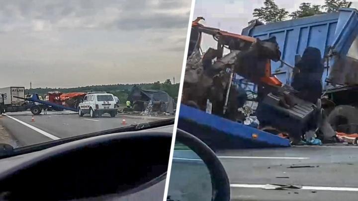 В аварии с фурами на трассе у Каменска-Шахтинского пострадали два человека