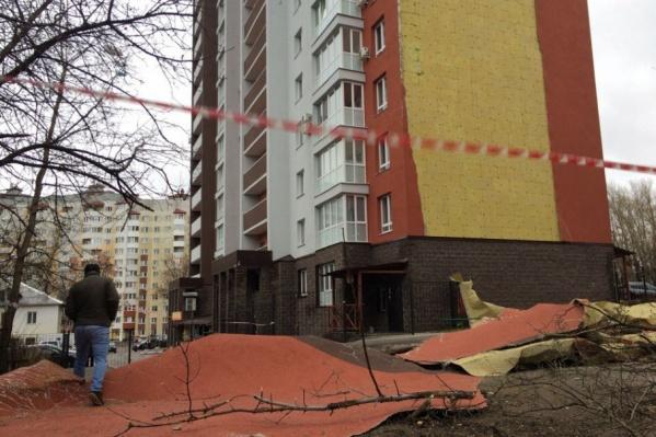 На землю обрушился фасад со целой стены