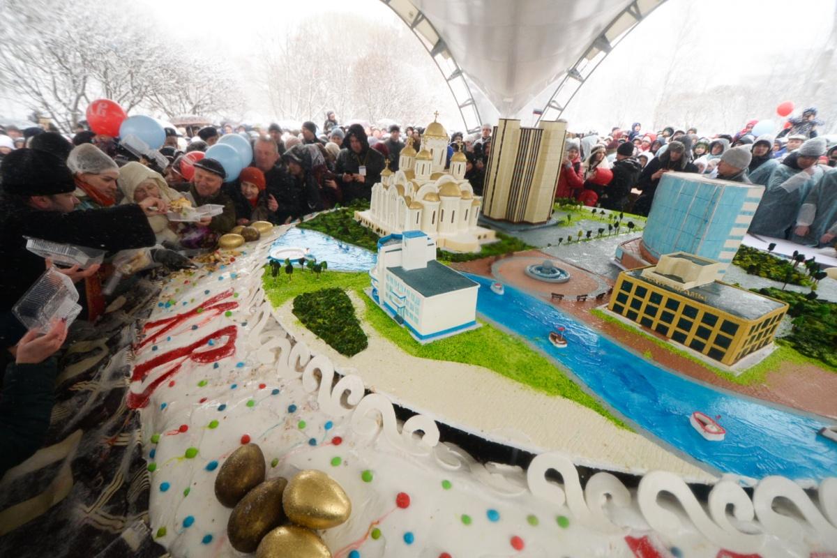 Самый большой в мире кулич украсили здания Екатеринбурга