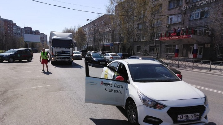 Мочищенское встало: на выезде из Новосибирска столкнулись такси и грузовик