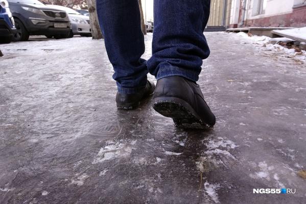 Лёд на дороге — это источник повышенной опасности. Если из-за него произошёл несчастный случай, имеет смысл взыскать компенсацию с виновника