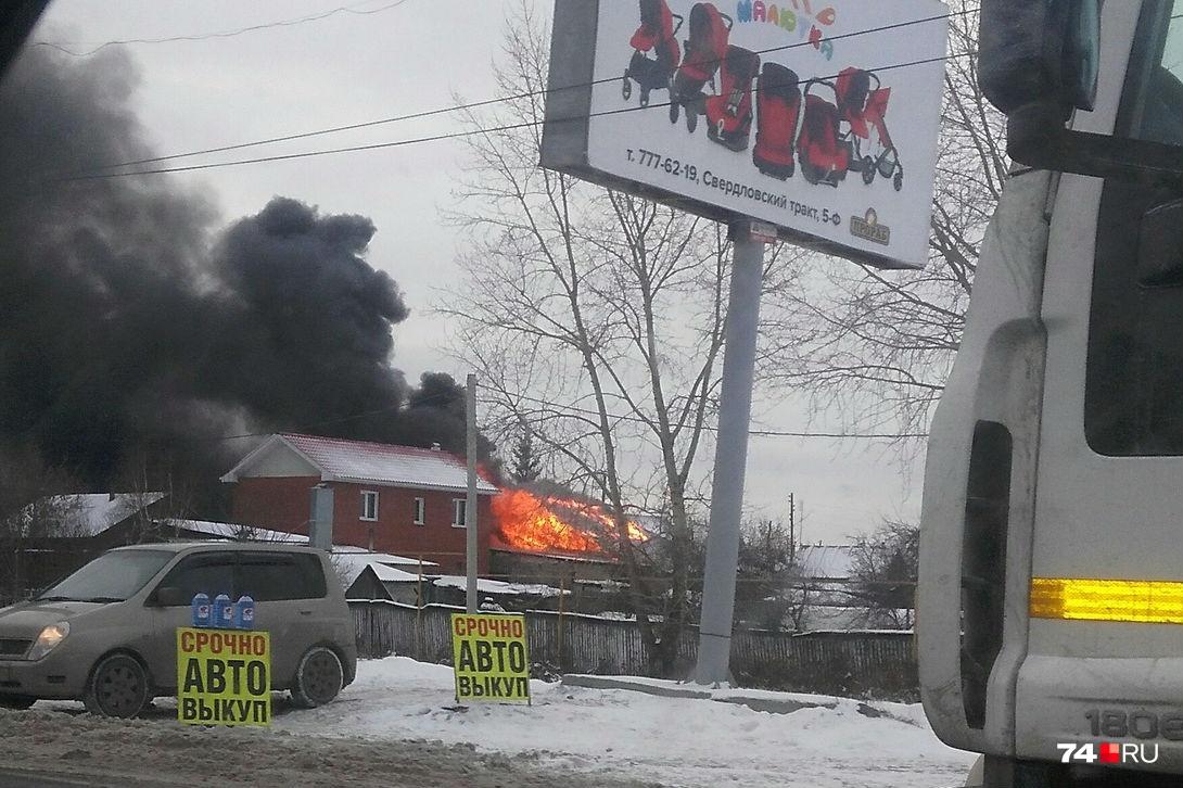 Пламя с бани быстро перебросилось на дом
