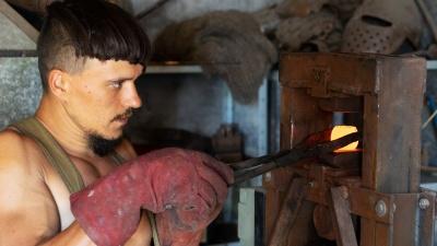 Два меча ко Дню Перуна: история омича, который уехал в деревню и начал ковать оружие