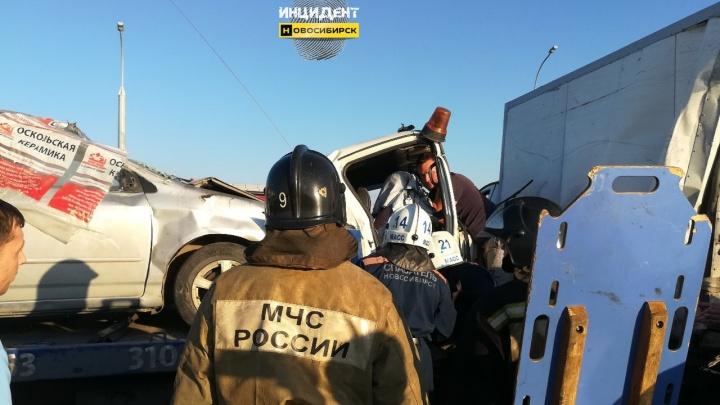 Водитель эвакуатора объяснил ДТП с «ГАЗелью» на Бугринском мосту ярким солнцем