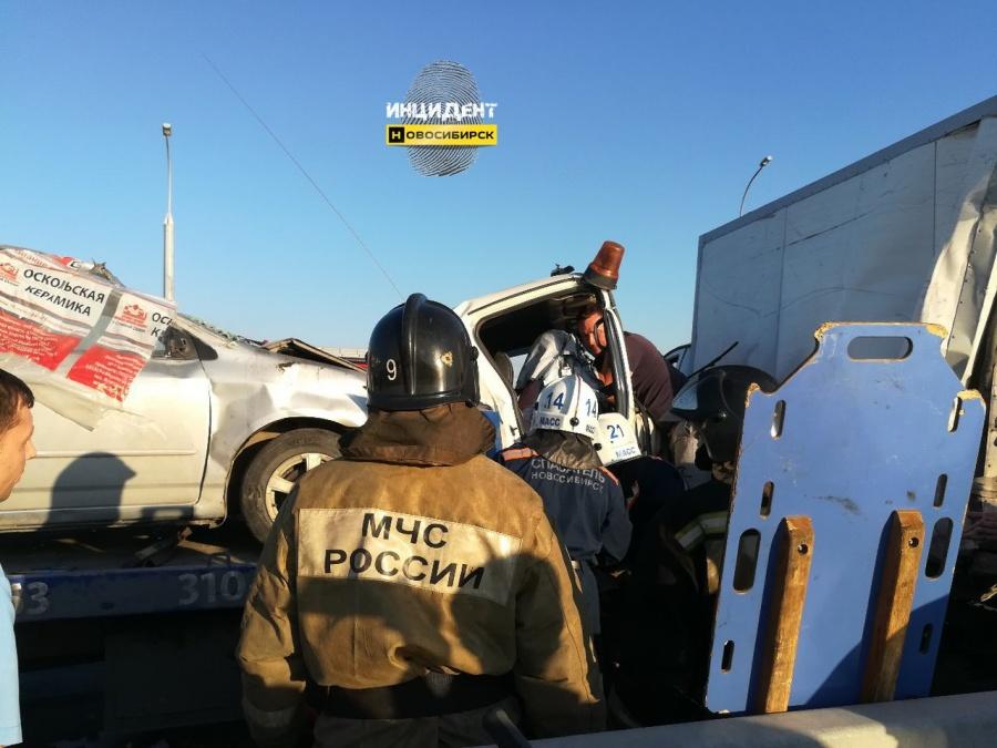Детали ДТП наБугринском мосту: шоферу эвакуатора помешала другая машина