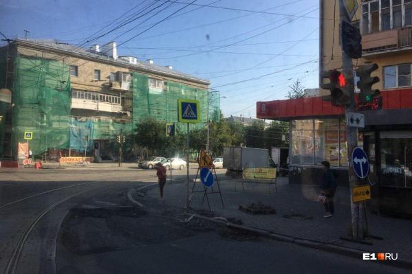 На светофоре появился знак «Объезд», однако автомобилисты его игнорируют