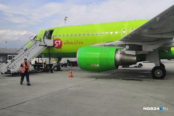 К самолету приехал автомобиль скорой помощи и забрал пассажира