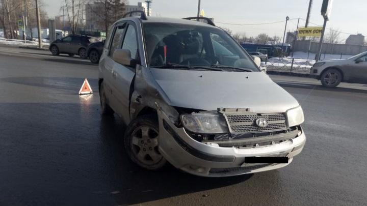 Водитель Hyundai Matrix начал разворачиваться и врезался в Subaru Legacy