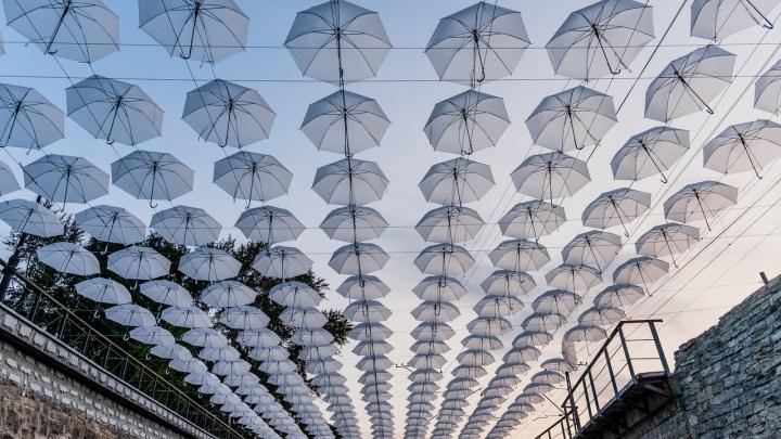 «Это не вандалы и не ветер»: 300 зонтиков с пермской набережной перенесут в один из парков Перми