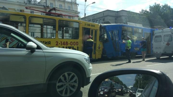 Екатеринбуржец, повредивший позвоночник в ДТП с бешеным трамваем, пошёл на поправку