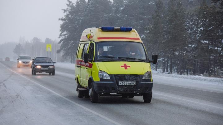 Под Тюменью скорая помощь, мчавшаяся к пациенту, застряла на нечищеной снежной дороге