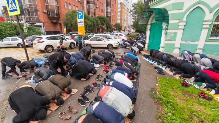 Молитва у мечети в 6:30 утра. Фоторепортаж с праздника Курбан-байрам в Перми