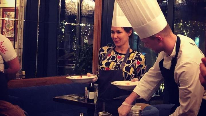 Екатерина Климова приготовила мороженое в новосибирском ресторане, а Гоша Куценко снял это на видео