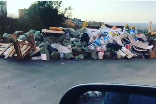 Вот такие горы мусора жители Пятой просеки наблюдают в своем микрорайоне