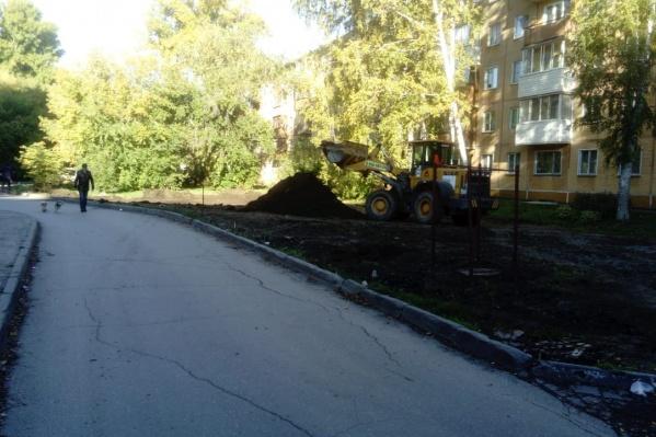 """Сегодня к дому <nobr class=""""_"""">№ 6</nobr> на улице Громова приехал экскаватор, чтобы разровнять площадку под будущую парковку"""